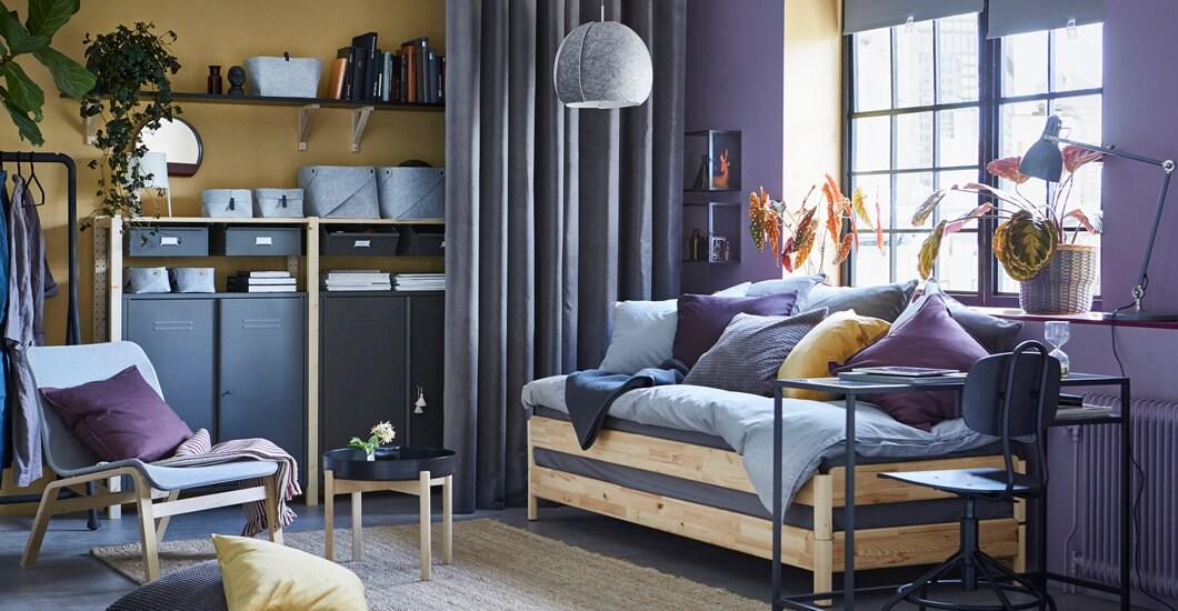 Eine Gelb Lila Maisonette Wohnung Mit Einem Praktischen UTÅKER Schlafsofa  Aus Kiefer, Das Sowohl