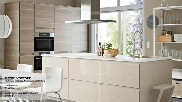 Eine große Küche mit Kücheninsel mit VOXTORP Fronten Hochglanz hellbeige und auf einer Seite mit VOXTORP Fronten in Nussbaumnachbildung