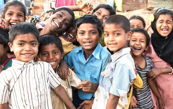 Eine Gruppe Kinder steht zusammen und lacht.