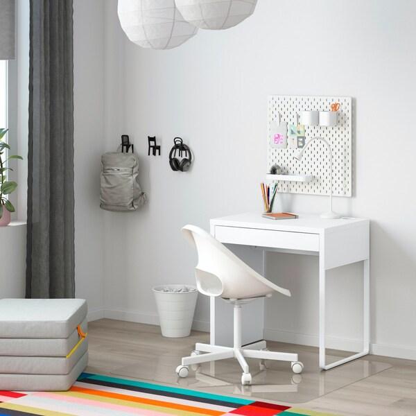 Eine günstige Homeoffice-Idee mit einem kleinen weißen Schreibtisch.