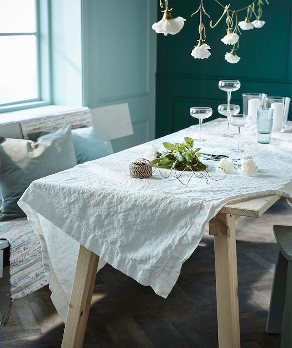 Eine klassisch weiße Tischdecke ist die beste Basis für einen sommerlich gedeckten Tisch. Wie hier z. B. IKEA GULLMAJ Tischdecke Spitze weiß auf INDUSTRIELL Tisch in Kiefer.