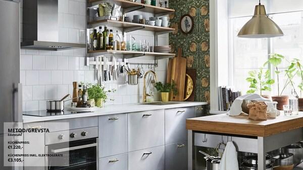 Eine kleine in Braun und Grau gehaltene Küche mit modernen GREVSTA Fronten in Edelstahl