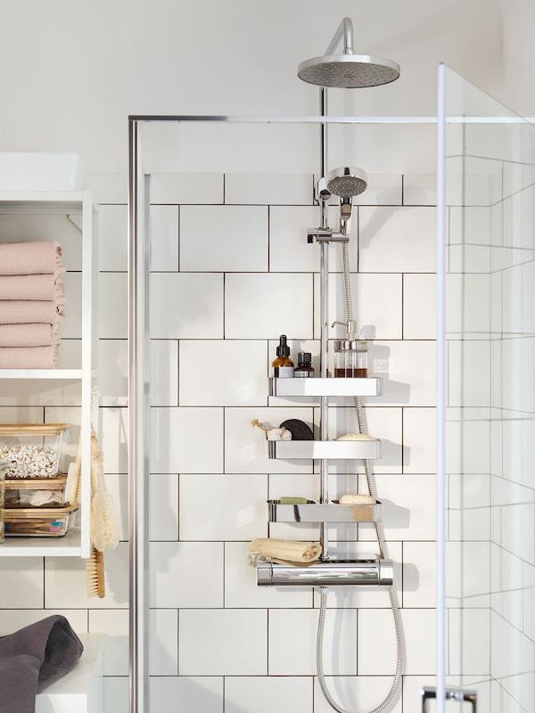 Eine Kombi Dusche mit Umschalter und einer verschromten Duschablage.