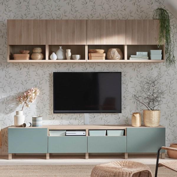 Eine Kombination von verschiedenen Schränken des modularen Wohnzimmersystems BESTA, das als TV Bank mit Oberschränken benutzt wird.