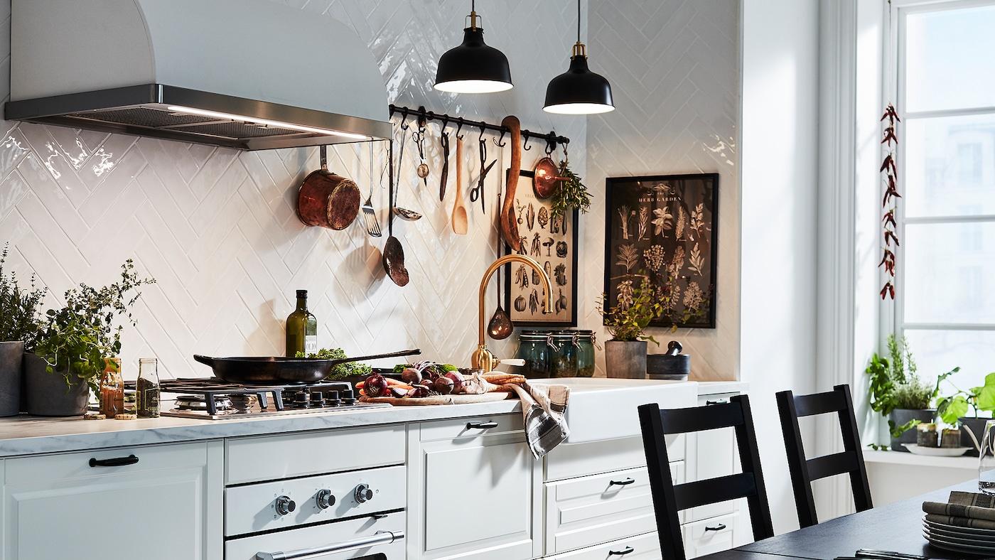 Eine Küche im traditionellen Stil mit BODBYN Fronten in Elfenbeinweiß.