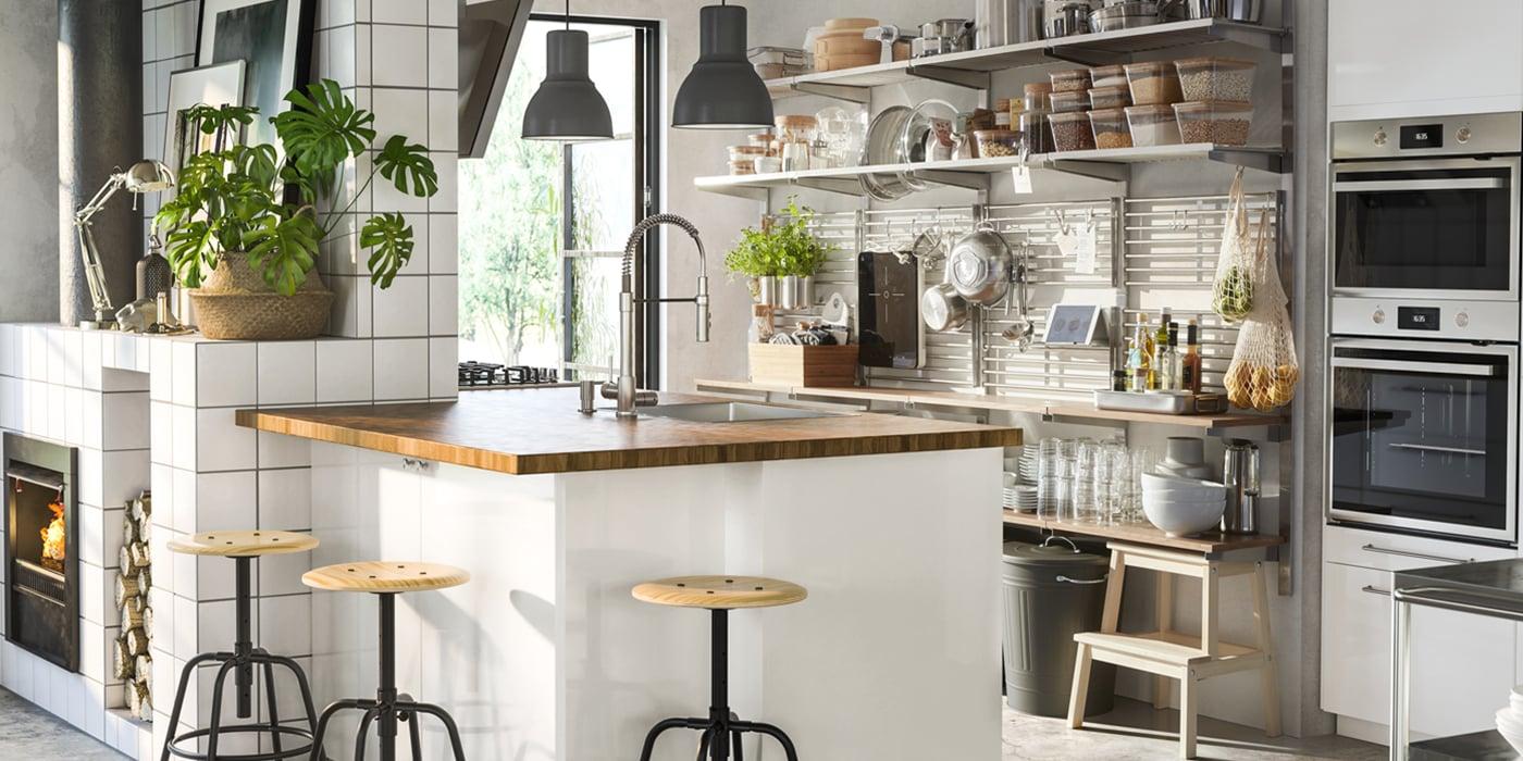 Eine Küche mit offener Aufbewahrung mit dem KUNGSFORS Wandregalsystem