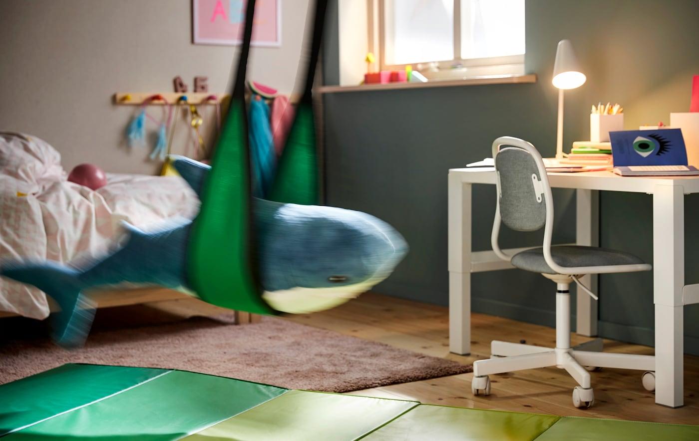 Eine Schaukel neben dem Kinderschreibtisch erleichtert den Wechsel zwischen Aktivität und Lernen.