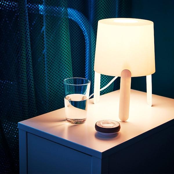 Eine TRÅDFRI Fernbedienung ermöglicht die Kontrolle von Licht ohne fest verkabelte Installation.