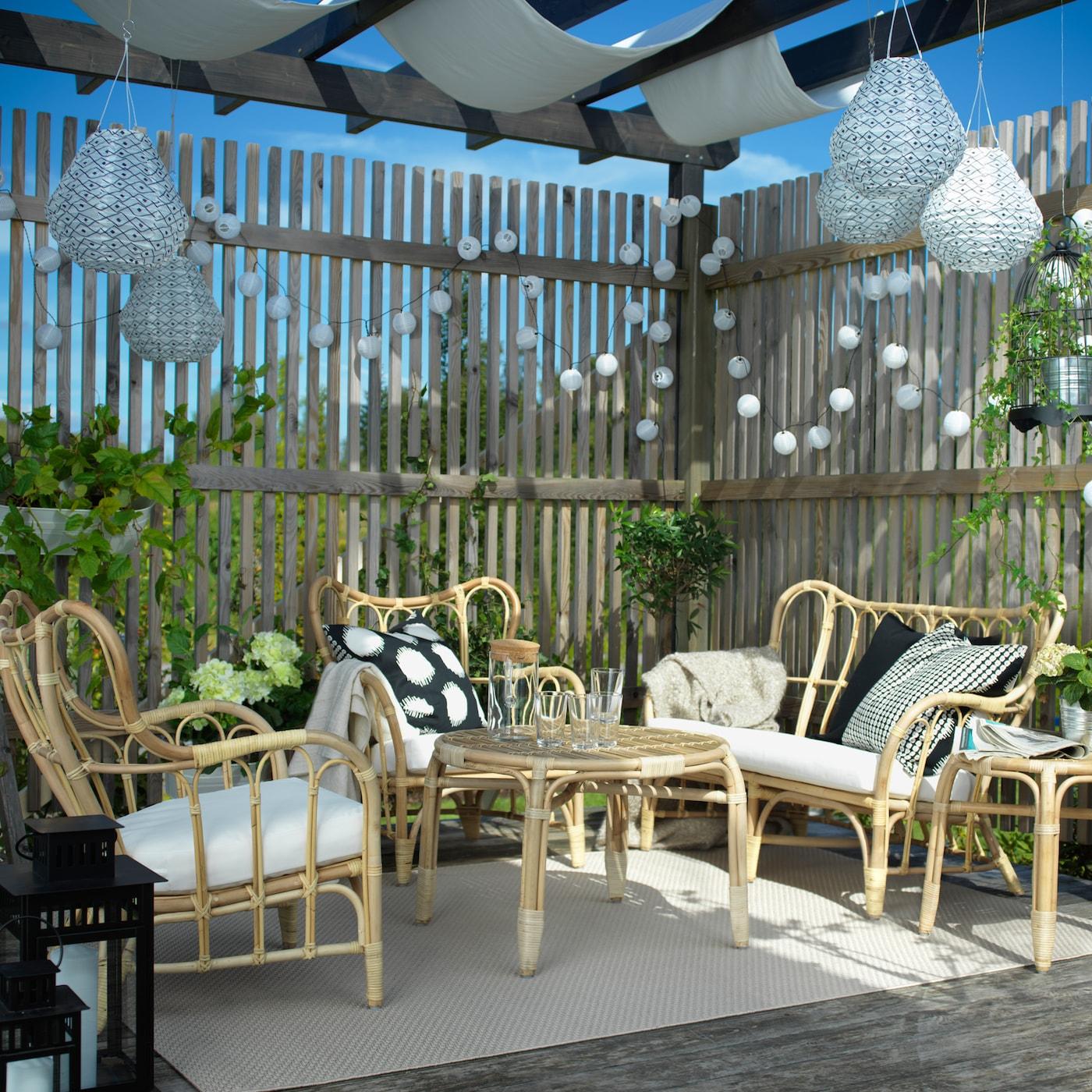 Eine überdachte Terrasse mit MASTHOLMEN Rattanmöbel für draußen