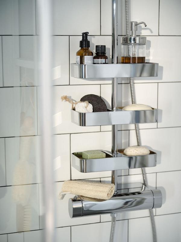 Eine verchromte Duschablage mit diversen Duschartikeln.
