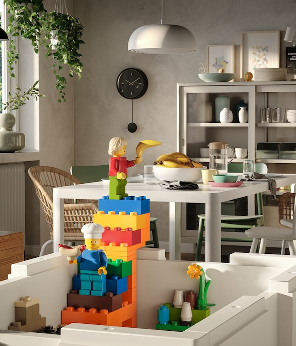 Eine weiße BYGGLEK Aufbewachrungsboxen ohne Deckel dient hier als Ausgangspunkt für eine bunte Treppe aus LEGO Steinen.