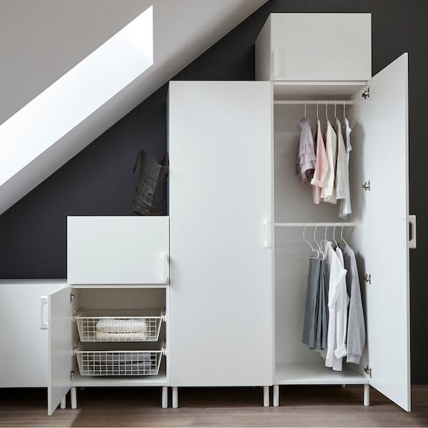 Einfache weiße Schränke in einem weiß und grau eingerichteten Schlafzimmer, u. a. mit HJÄLPA Drahtkörben in Weiß.