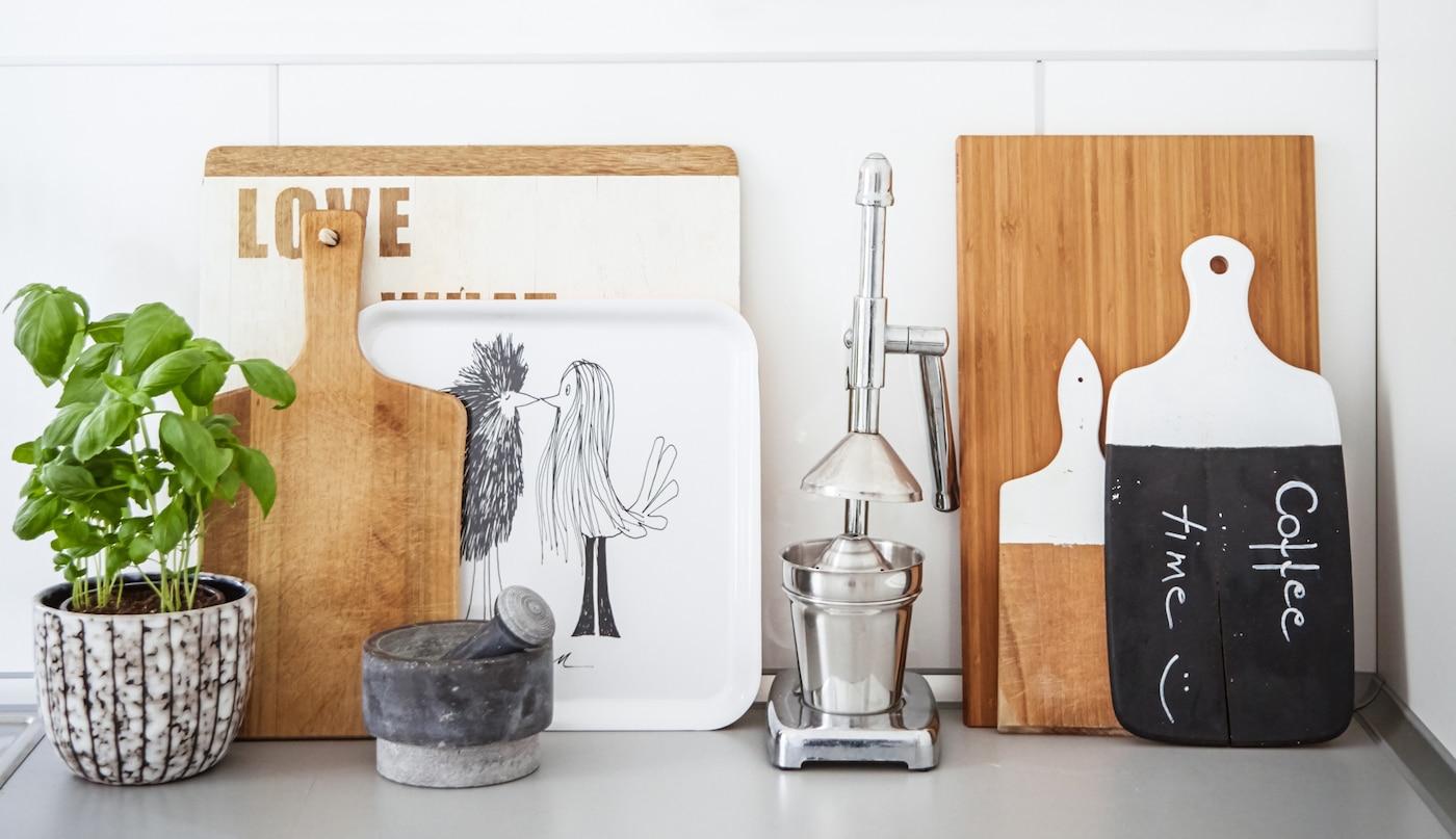 Einrichtungsgegenstände einer Küche, unter anderem ein Schneidebrett, das in eine Schreibtafel verwandelt wurde.