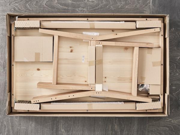 El empaque plano característico de IKEA y en este caso, se muestra la mesa de LÖVET, como se dobla y logra encajar perfectamente en un modo compacto y fácil para llevar. Un paquete cómodo para los clientes. Cajas de cartón y planas.