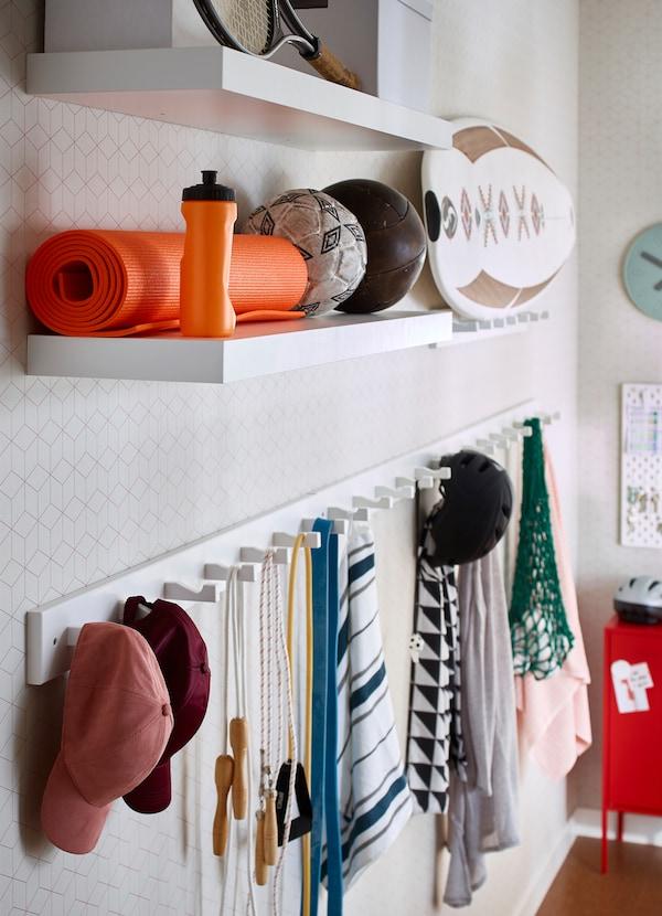 El estante de pared IKEA LACK en blanco tiene una longitud de 110 centímetros. Monta varias baldas en la pared a diferentes alturas según lo que quieras almacenar. Guarda tu equipo deportivo, las esterillas de yoga y otros accesorios en baldas abiertas.
