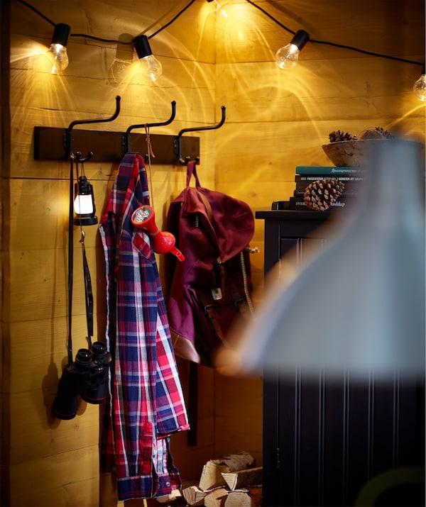 El perchero IKEA PINNIG con tres ganchos ofrece muchas posibilidades de colgar chaquetas, bolsos y accesorios.