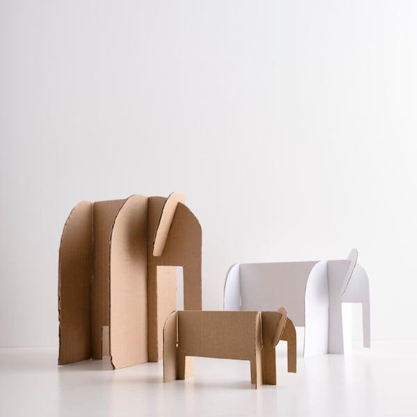 Elefanten aus Karton gefertigt.