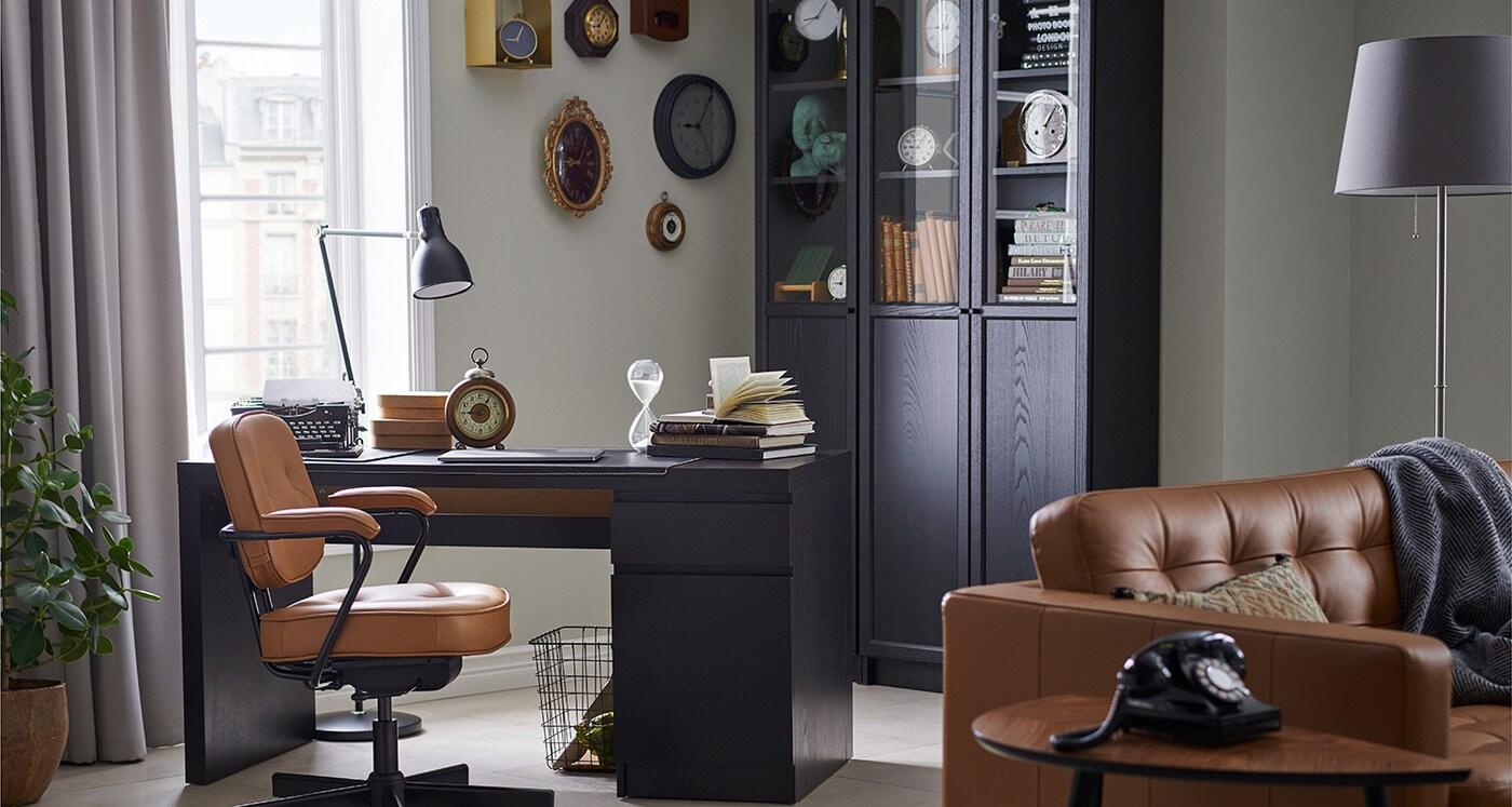 Eleganckie, domowe biuro dla kolekcjonerów.