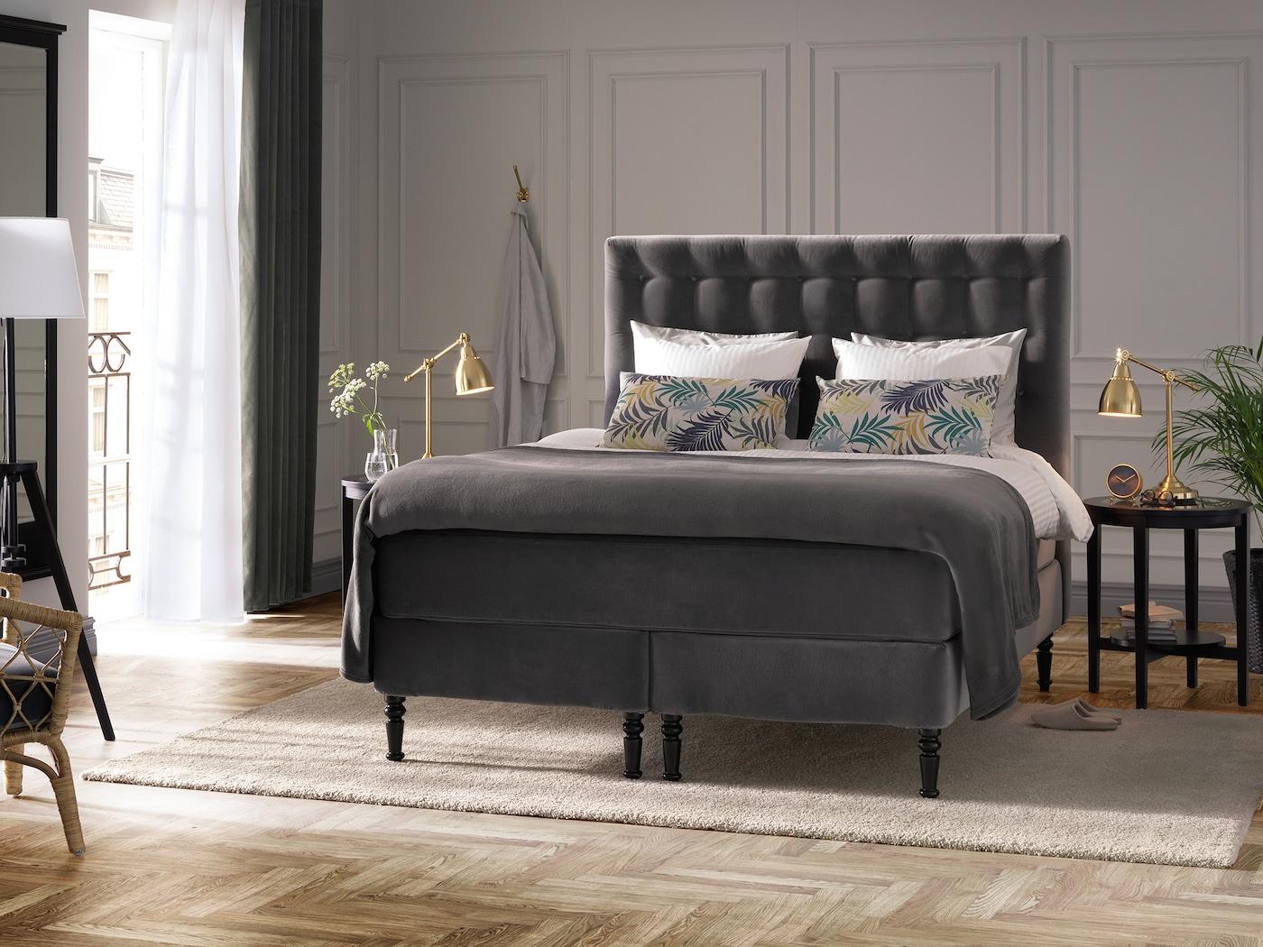 Elegantes Schlafzimmer mit Boxspringbett - IKEA Deutschland