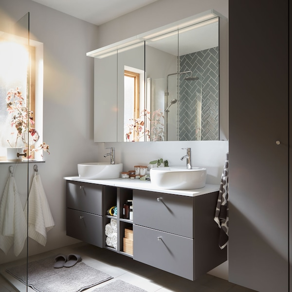Elegantní šedá koupelna se skříňkami GODMORGON a úložným prostorem.