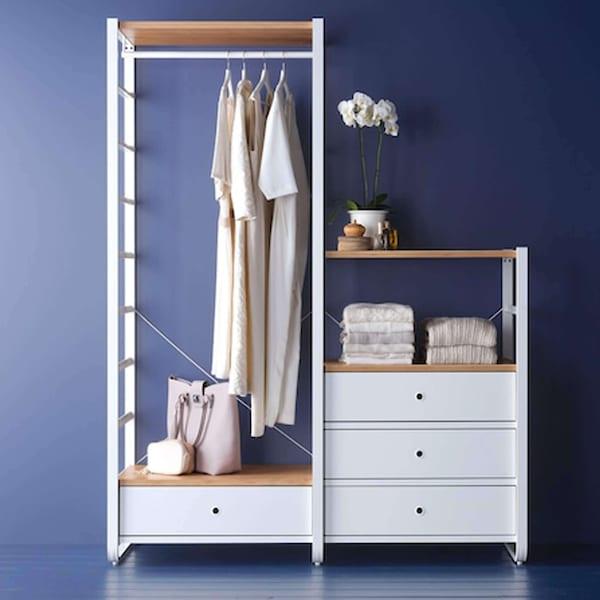 ELVARLI-säilytysjärjestelmä jossa roikkuu vaatteita henkareissa. Kokonaisuudessa on kaksi hyllyä ja neljä laatikkoa.