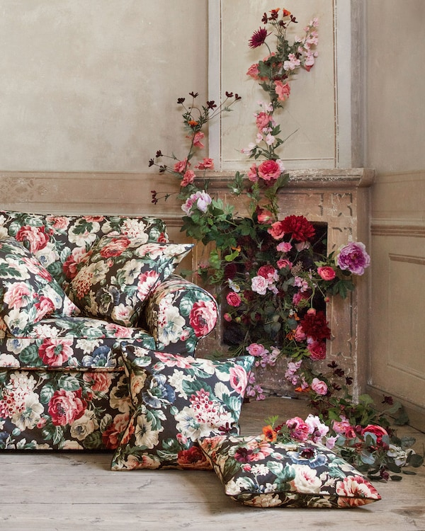 استمتع بنقش الزهور بشكل بسيط مع غطاء الوسادة LEIKNY أو كثيف مع أغطية الصوفات والكراسي بذراعين. غطاء الوسادة من ايكيا بنقش زهور كبيرة متعددة الألوان على خلفية سوداء.