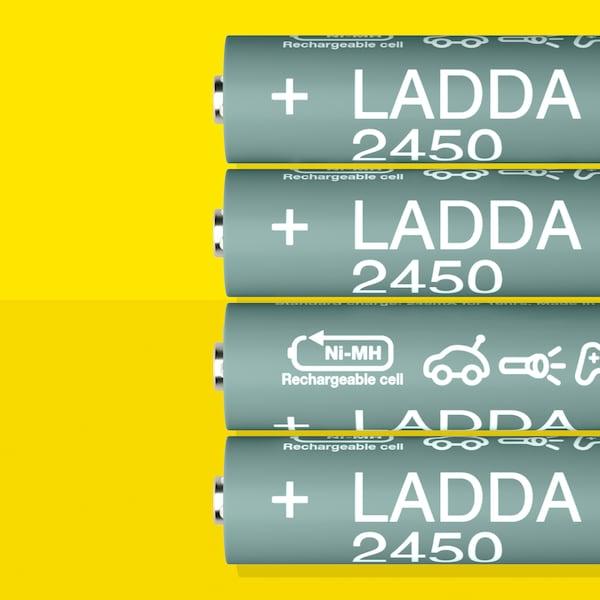Empat bateri cas semula LADDA, HR6 AA dengan kapasiti bateri 2450 mAh, diletaklan sebaris pada permukaan berwarna kuning.
