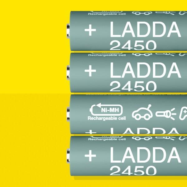 Empat bateri cas semula LADDA, HR6 AA dengan keupayaan bateri 2450 mAh, terletak sebaris di atas permukaan berwarna kuning.
