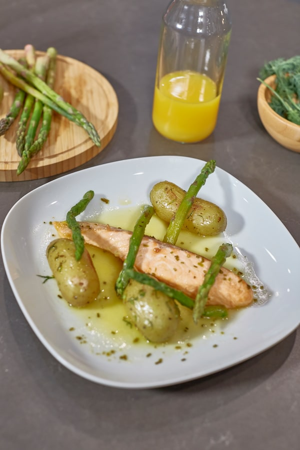 emplatar salmón en salsa de naranja