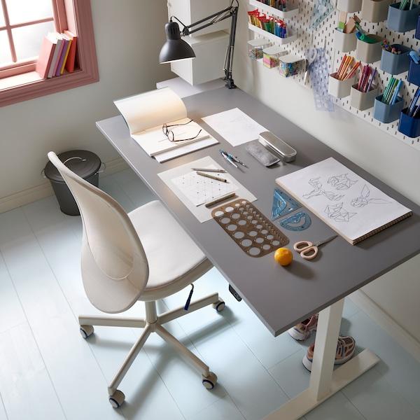 En bild snett ovanifrån på RODULF sitt- och ståskrivbord med grå skiva och vitt underrede tillsammans med en kontorsstol.