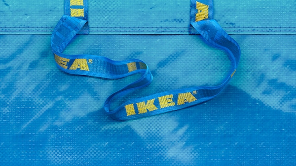 En blå IKEA-kasse.