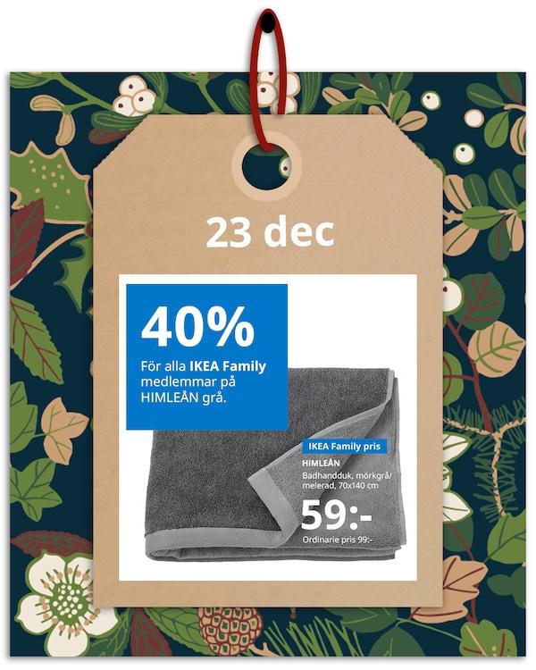 En brun hängetikett med rött band hänger framför en grön och blommönstrad bakgrund med IKEA family erbjudandet den 23 december, som är 40% på HIMLEÅN i grätt.