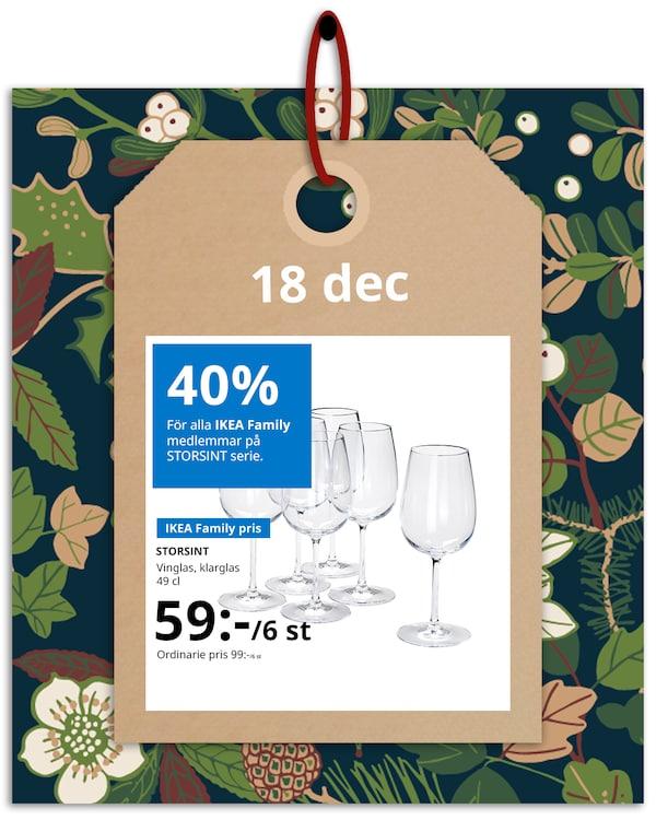 En brun hängetikett med rött band hänger framför en grön och blommönstrad bakgrund med IKEA family erbjudandet den 1´8 december, som är 40% på STORSINT serie.