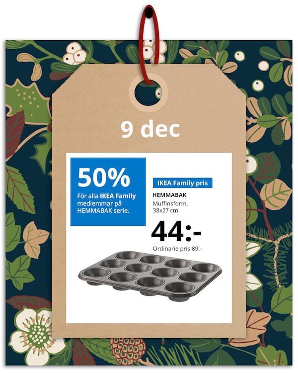 En brun hängetikett med rött band hänger framför en grön och blommönstrad bakgrund med IKEA family erbjudandet den 9 december, som är 50% på HEMMABAK serie.