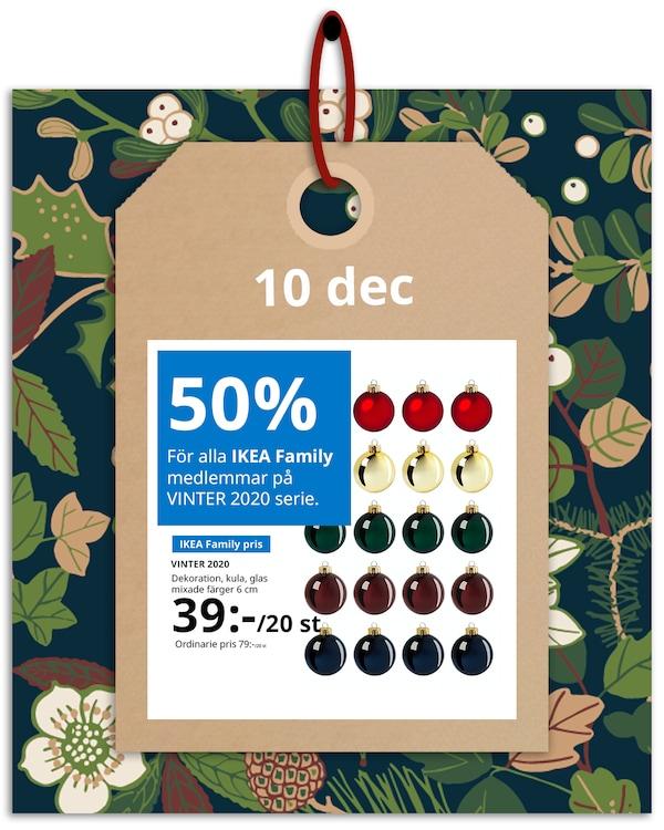 En brun hängetikett med rött band hänger framför en grön och blommönstrad bakgrund med IKEA family erbjudandet den 10 december, som är 50% på hela VINTER 2020 serie.