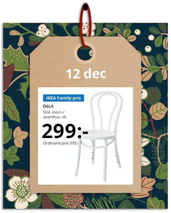 En brun hängetikett med rött band hänger framför en grön och blommönstrad bakgrund med IKEA family erbjudandet den 12 december, som är ÖGLA stol.