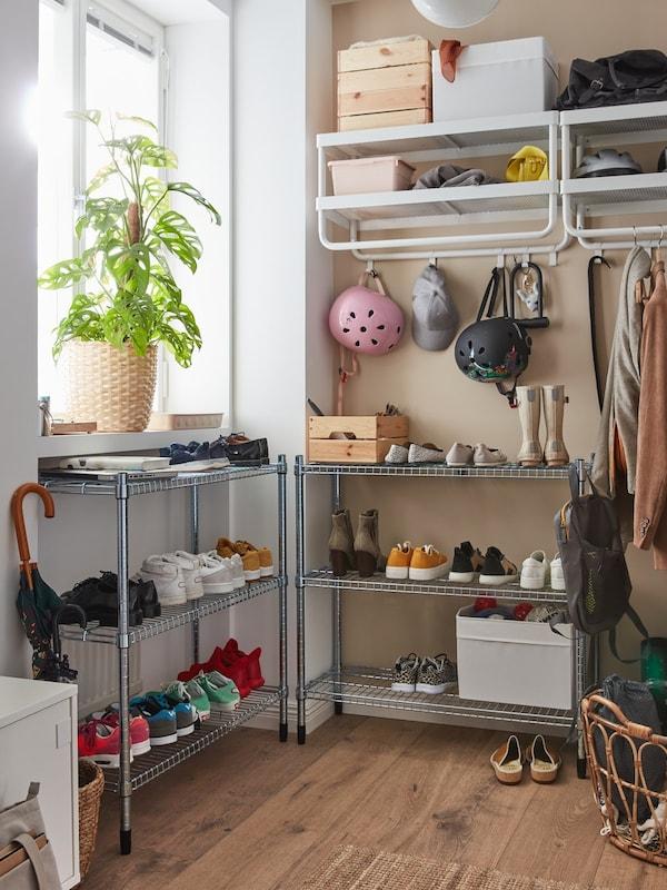 En entre med reoler fyldt med sko, hylder og tøjopbevaring