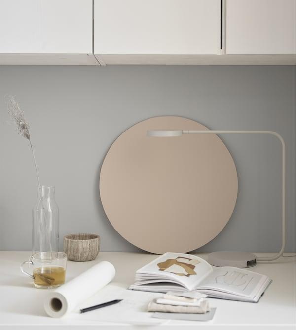 En god lampe, der gi'r et direkte lys, kan gøre en stor forskel i et arbejdsområde.