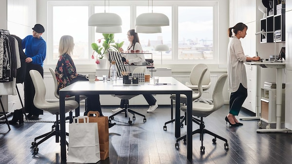 En gruppe unge entreprenører som arbeider i et lyst kontorområde.