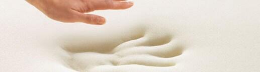 En hånd sætter et aftryk i memoryskum.