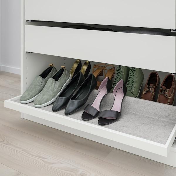 En hvid udtræksbakke med skoindsats, hvor der er sat forskellige sko op.