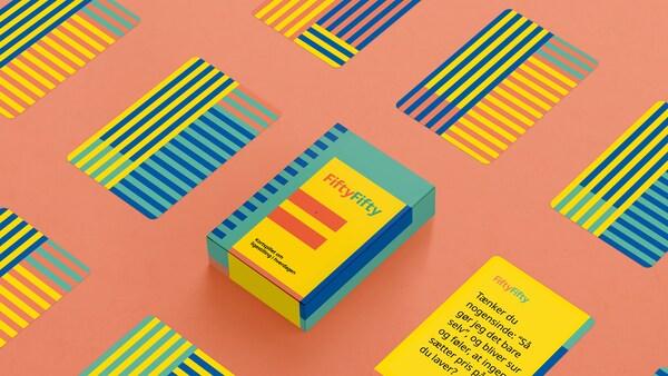 En illustration af et digitalt kortspil om ligestilling i hverdagen, FiftyFifty,  der viser en pakke med kort og et af spørgsmålskortene.