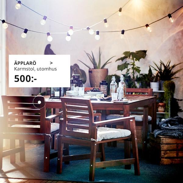 En inbjudande uteplats med ÄPPLARÖ karmstolar och bord är i fokus.
