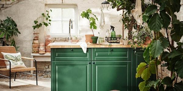 En køkkenø i et åbent køkken