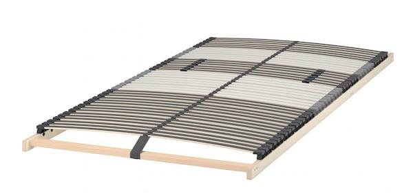 En lamelbund på et hvidt gulv.
