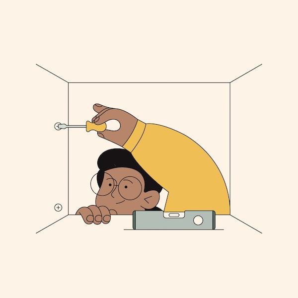 en man som monterer et kjøkken.