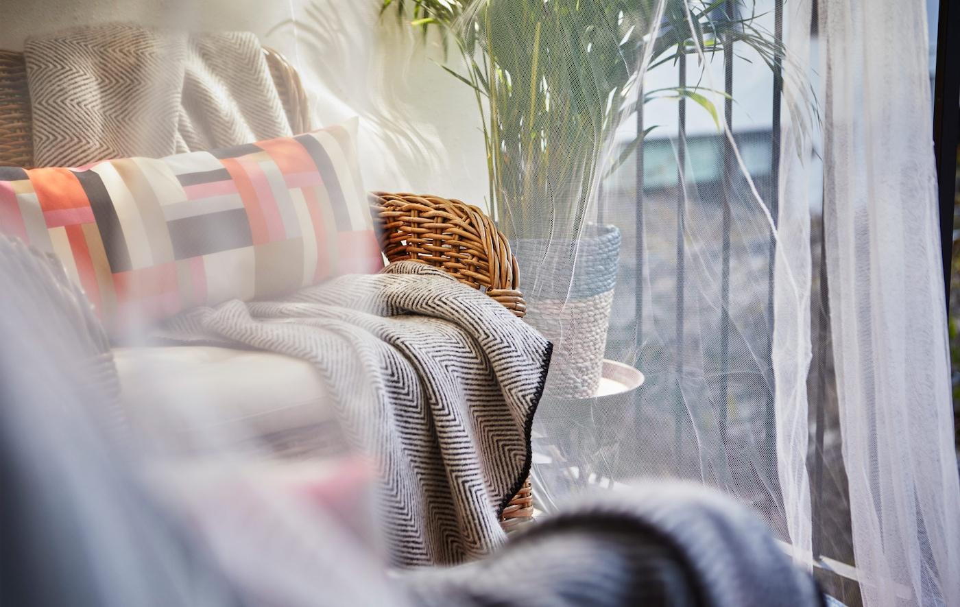 En närbild av en sittdel under ett skärmtak.