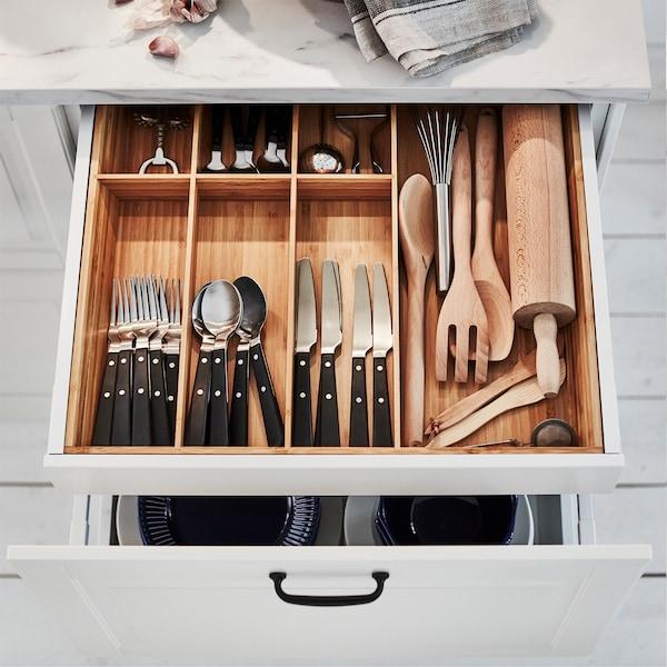En öppen kökslåda visar VARIERA besticklåda i bambu som hjälper till att organisera bestick och köksredskap.