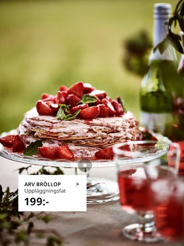 En pannkakstårta toppad med färska jordgubbar, upplagt på ARV BRÖLLOP uppläggningsfat.