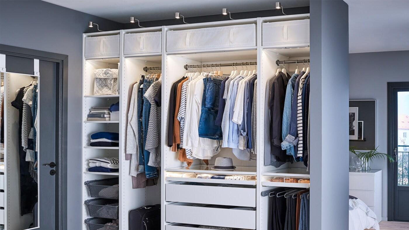 En PAX-garderobe godt opplyst av skapbelysning.